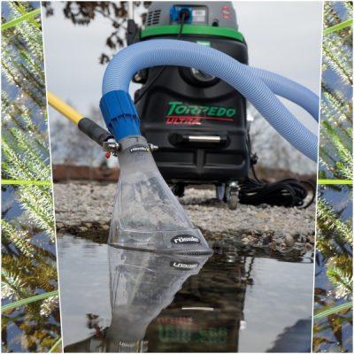 Transparante bodemklok met borstelrand om algen uit lavasteentjes in de plantenfilter van zwemvijvers op te zuigen met een professionele vijverstofzuiger.