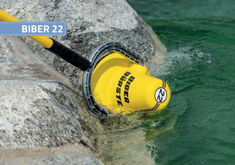 De BIBER 22 automatische wand- en bodemborstel voor professioneel vijveronderhoud van zwemvijver. Dual batterij pack.