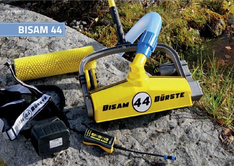 De BISAM 44 automatische bodemborstel voor professioneel vijveronderhoud van zwemvijver. Dual batterij pack.
