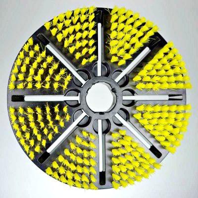 De gele borstel is de zachte borstel die bij de BIBER 22 automatische wandborstel geleverd wordt. Optimaal geschikt voor het verwijderen van groene aanslag en algen op de wand en bodem.
